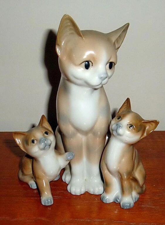 Ask mom cat statues